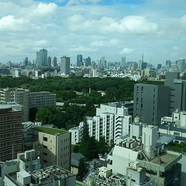 会社の休憩が出来るフロアーからの眺め。東京タワーとスカイツリーの共演。この角度からは初めてみた(*^^*) #東京タワー #スカイツリー #目黒からの眺め
